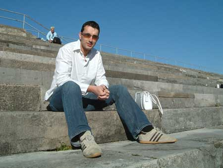 Andy auf der Steintribüne am Dutzendteich (Nürnberg) von Andrea fotografiert